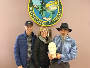 Local Inuit presents township with sculpture of Melissa Bishop-Nrigu