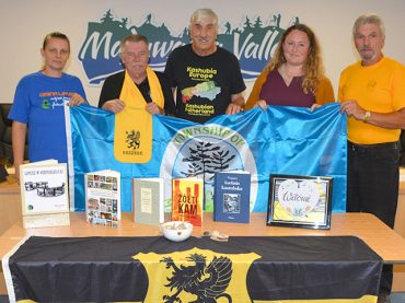 Twinning committee welcomes gifts from Lëpusz